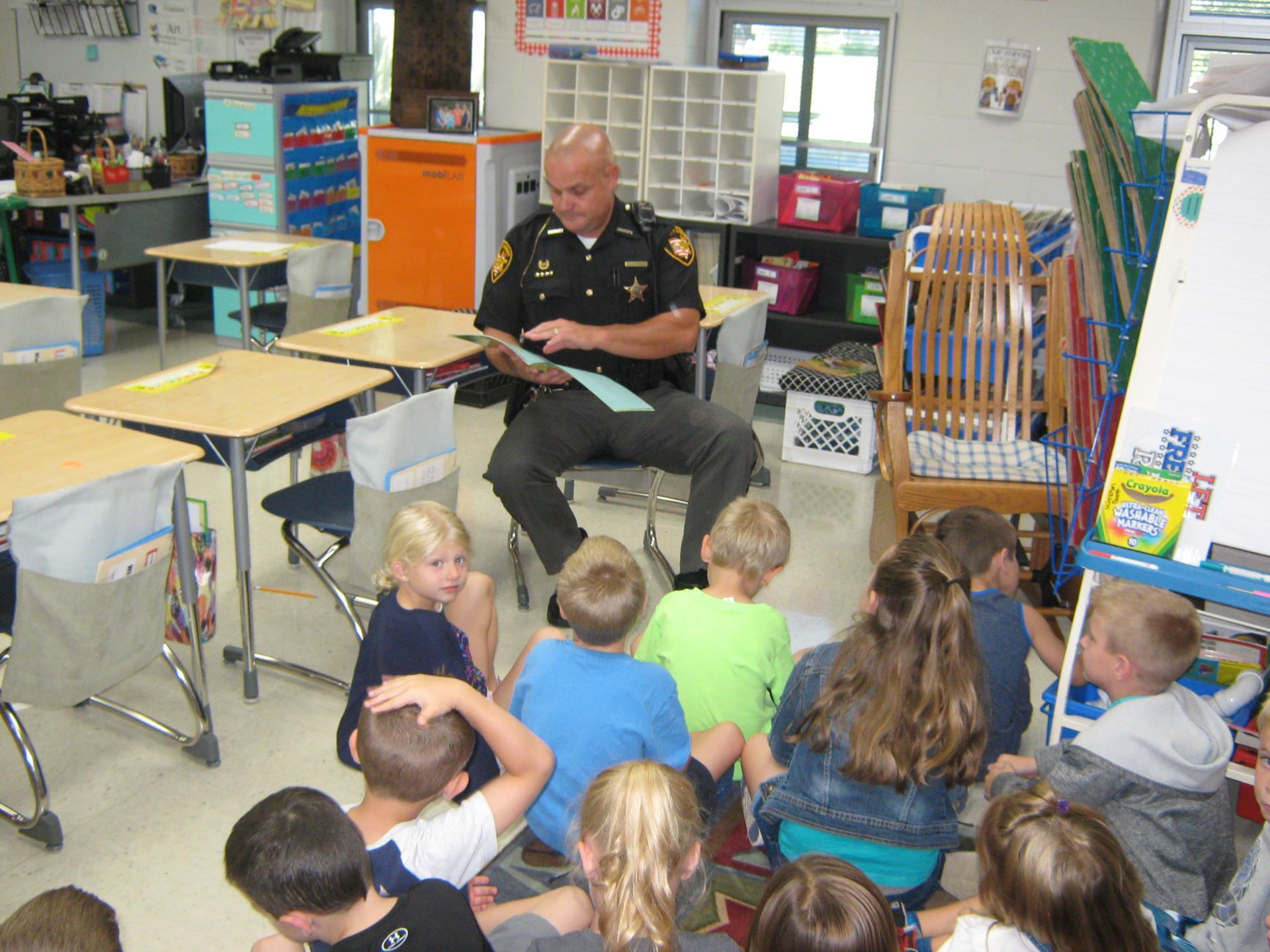 Deputy Rarey reads to Mrs. Neal's Class